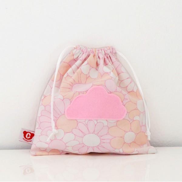 idee cadeau pour enfant un sac a gouter en tissu vintage fleurs rose motif nuage sylvette en. Black Bedroom Furniture Sets. Home Design Ideas