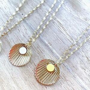 ☀️ Pour cet été, osez les couleurs ! Et ça tient aussi pour les bijoux !🙌🏼 Un joli collier en forme de coquillage alliant l'or et le cuir, réalisé à la main en France par la créatrice Atelier Gustave : le bijou parfait à emmener partout pendant les vacances !Disponible en 10 couleurs, il rajoutera une touche pep's à votre tenue 🤩🛍 À découvrir chez Sylvette en Goguette !#ConceptStore #ConceptStoreParis #CommerceLocal #CommerceDeProximité #BoutiqueEnLigne #BoutiqueDeCreateurs #CreateursFrancais #Paris #RégionParisienne #Clamart #Bijoux #BijouxFantaisie #Bijou #Collier #Bracelet #Broches #Accessoires