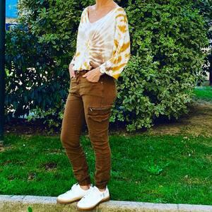 // TIE AND DIE// revenu à la mode. On kiffe grave Année 90 Tout revient Plusieurs couleurs . Pantalon : nouvelle CO . Basket : Vanessa Wu . . . .#tieanddye #90sfashion #tendance2020 #outfitinspiration #tenuedujour #pull #moutarde #sylvetteengoguette #conceptstore