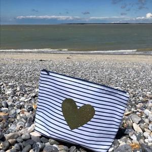 //ON SE RETROUVE À LA PLAGE?// ⠀ .⠀ Mais je n'oublie pas mon kit @sylvette_en_goguette⠀ Les petites trousses dans tous les sens pour emporter ses affaires en sécurité sur le sable. ⠀ .⠀ Même l'huile elle peut couler... ⠀ ⠀ .⠀ .⠀ .⠀ .⠀ .⠀ #plage #vacancesalamer #summer2020 #trousses #ete #conceptstoreparis #sylvetteengoguette