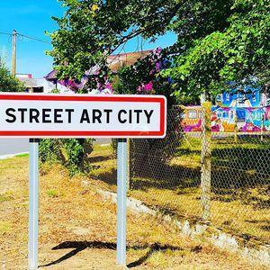 //STREET ART CITY : UNE EXPÉRIENCE IMPROBABLE // Que faire sur les #routedefrance 🚘 avec ses #ados Juste envie de partager avec vous cette INCROYABLE expérience, cette aventure.Connaissez vous @streetartcity ? Le haut lieu du #streetart 🖼 en #France 🇫🇷 Vous avez envie de passer le #weekendenfamille 👨👩👧👦 ou marquer vos #vacancesenfamille d'un moment inoubliable Arrêtez-vous là à #streetartcity dans l'Allier à LURCY-LÉVIS dans le 03 à 1 heure de Montluçon. Je vous raconte? 📣 C'est l'histoire d'un ensemble de bâtiments appartenant aux PTT 22000m2 abandonnés à la nature depuis 1992.(Au passage, «c'est quoi les PTT» m'ont demandé mes ados! Ahahah et oui un petit coup de vieux 👵🏻 en passant, me voila à leur expliquer ce qu'est un minitel 📺 ) Enfoui sous la broussaille 🌳🌳🌲 SYLVIE et GILLES 💑 ont acheté ce lieu sans âme. Le 22 janvier 2015 🕰 une image frappe l'esprit de SYLVIE : 🔜 Et si le #tag le #graffiti le #streetart l' #artdelarue peu importe le nom qu'on lui donne, cette #expressionartistique venait prendre ses droits sur ces murs comme elle l'a déjà fait partout ailleurs #danslemonde 🌍 sur les murs, les gares 🚉 , les trains 🚆, les monuments, les ponts..... SYLVIE et GILLES ont fait de ce lieu un espace unique d'expression! 🖼 ET C'EST EN #FRANCE 🇫🇷 La suite dans le prochain post✅ . . . #roadtrip #routedescacances #vacancesenfamille #vacancesaveclesenfants #mesadobolo #ados #vacancesavecados #streetart #streetartcity #graffiti #tag #artist #streetartists #streetartwork #streetartlovers @streetartcity.officiel @zesoner @tednomad @simpleg1 @bobskawapo
