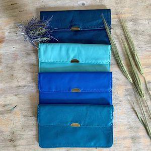 // LES BASICS // sont de retour. Les porte monnaie JALAD en cuir souple tant attendus sont enfin en boutique et enfin EN LIGNE ⬇️ www.sylvetteengoguette.com #portemonnaie #cuir #sylvetteengoguette #accessoires #bleu #picoftheday #ifeelgood