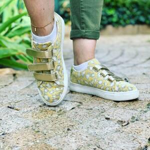 // DERNIERS JOURS DE D'ÉTÉ // avant l'hiver rude qui arrive .... . Mettez un peu de soleil dans vos pieds . . . . . #vanessavu #chaussures #sneakers #scratch #sneakersaddict #jaunemoutarde #soleil #outfitoftheday #sylvetteengoguette #conceptstore #clamart