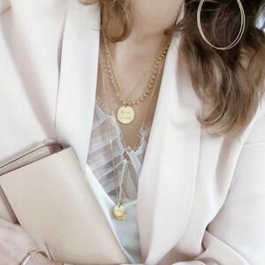 ❤️ Trop fière de vous présenter une nouvelle créatrice chez Sylvette en goguette ❤️Elle fabrique des jolis colliers aux médailles gravées dorées avec des petits messages tendres poétiques ou qui font sourire. Ils m'ont fait grave craquer. Ils viennent tout droit de la talentueuse créatrice @ShebamParis !✅ Réalisés en acier inoxydable, ils ne s'oxydent pas, ne changent pas de couleurs et sont hypoallergéniques 👍🏼😍 Nous vous proposons pour le moment 5 messages Mère Veilleuse A la folie Gang de Copines La vie en rose BichetteTout plein d'autres messages arriveront plus tard ❤️🛍 Passez vos commandes sur le site, sur Instagram ou sur Facebook !#ConceptStore #ConceptStoreParis #CommerceLocal #CommerceDeProximité #BoutiqueEnLigne #BoutiqueDeCreateurs #CreateursFrancais #Cadeau #Personnalisation #Personnalisé #CadeauPersonnalisé #CadeauOriginal #GiftIdeas #Bijoux #BijouxFantaisie #Décoration #LifeStyle #ArtWork #HappyLife #HappyVibes #Paris #RégionParisienne #Clamart