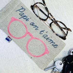 Le dimanche 3 octobre nous fêterons les papis, papounets, pépés, papous, grands-pères, papés ! ❤️❤️❤️je vous propose tout plein de jolies idées cadeaux pour leur montrer qu'on les aime fort. 🥰👉🏼 les étuis à lunette, les porte clés, les ronds de serviette à personnaliser, ou encore des trousses de toilette, des savons et des mugs......🇫🇷 Fabriqué en France avec amour !Et vous ? Comment appelez-vous votre super-papi ? 🤔😍#ConceptStore #ConceptStoreParis #CommerceLocal #CommerceDeProximité #BoutiqueEnLigne #BoutiqueDeCreateurs #CreateursFrancais #Paris #RégionParisienne #Clamart #famille #family #papi #grandpere #fêtedesgrandspères