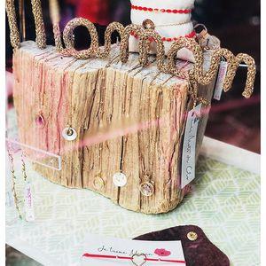//UNE MAMAN EN OR// tricotin bijou bracelet bougie teeshirt mug trousse porte clé coffret broche Des cadeaux par milliers à TOUS LES PRIX pour dire je t'aime à sa maman. . . . #mothersday #instamum #fetedesmeres #maman #cadeaumaman #conceptstore #sylvetteengoguette #petitcreateur #madeinfrance🇫🇷
