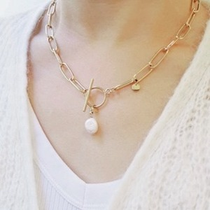 Aujourd'hui, je vous présente le collier AKOYA ! ✨😍 Un collier ras de cou, soulignant joliment le visage avec sa chaîne en maille accompagnée d'une délicate perle d'eau douce.💫 Il s'agit d'une jolie pièce qui complétera votre tenue en un claquement de doigts !Mesdames, j'espère que cette pépite vous plaira autant qu'elle me plaît à moi 🥰🛍 Si vous voulez le vôtre c'est le moment de commander !#ConceptStore #ConceptStoreParis #CommerceLocal #CommerceDeProximité #BoutiqueEnLigne #BoutiqueDeCreateurs #CreateursFrancais #Paris #RégionParisienne #Clamart #GiftIdeas #Bijoux #BijouxFantaisie #Bijou #Collier #Accessoires #Maille #Perle