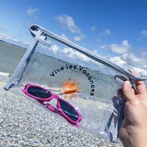 ❤️ Vous allez adorer les trousses de vacances ! ❤️☀️ Vous pouvez y ranger votre crème solaire, vos lunettes de soleil, votre portable. Parfait pour amener tous vos accessoires à la plage ou à la piscine !Ces trousses transparentes ont une fermeture zippée pour qu'aucun grain de sable vienne abîmer vos affaires ! 😉Découvrez nos produits vacances sur le site ! 🛍#ConceptStore #ConceptStoreParis #CommerceLocal #CommerceDeProximité #BoutiqueEnLigne #BoutiqueDeCreateurs #CreateursFrancais #Paris #RégionParisienne #Clamart #Cadeau #CadeauOriginal #GiftIdeas #vacances #holidays #summer2021