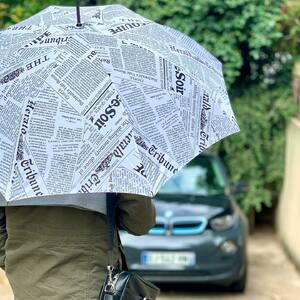 // IL PLEUT // Papa sort ton parapluie ☂️ . .en voilà une belle idée 🎁 pour les #papa .le parapluie #lequipe #francesoir #latribune #lemonde trop fort .qu'est ce qu'on inventerait pour VOUS❤️ . . #fetedesperes #papa #parapluie #cadeauhomme #original #jaipasdideedehashtag #conceptstoreparis #sylvette_en_goguette