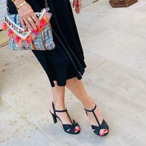 // PORTEZ VOUS DU NOIR PENDANT L'ÉTÉ? // . Qui a dit que le noir était une couleur d'hiver? . Qui a dit que le noir ça fait sicilien? . Qui a dit que le noir est triste? . Qui a dit que le noir n'est pas une couleur?. MOI J'ADORRRRRE LE #noir 🖤 . . . . #noirlovers #vanessavu #escarpins #pailettes #talons #chaussures #robenoire #été #sylvetteengoguette