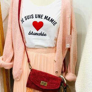 // ES TU UNE MAMIE BRANCHÉE ? //⠀ Ce Tee shirt est pour toi. Venez découvrir nos tee shirts : Mamie Chic et Mamie branchée ❤️⠀ ⠀ ⠀ 3 tailles S M L 22€⠀ RDV sur le ESHOP (lien dans la bio) et en boutique⠀ ⠀ ⠀ Dimanche sera ton jour et je saurai te dire que tu es une super mamie branchée 👵🏻💋⠀ ⠀ ⠀ ❤️❤️BONNE FÊTE MAMIE❤️❤️⠀ .⠀ .⠀ .⠀ .⠀ .#grandmere #fetedesgrandsmeres #mamie #ideecadeau #teeshirts #tshirtpersonnalisé #tshirtslovers #personnalisation #personnalisé #cadeaupersonnalise #familles #fabricationfrancaise #creationfrancaise #madeinfrance #cabas #conceptstores #sylvetteengoguette #toileschics