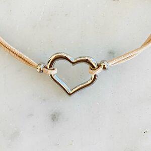 // LOVE // dire je t'aime tout simplement... la Saint Valentin c'est tous les jours... et pourquoi ne pas rentrer à la maison avec un petit cœur dans la main sans un mot... juste un baiser tendre. Lui dire qu'on l'aime. Je ne peux pas croire qu'elle ne sera pas émue.⠀ ⠀ ET ÇA VOUS COÛTERA 8€😘🤭😜🥰🤩⠀ ⠀ Mes petits bracelets charms, je ne les quitte plus ❤️⠀ .⠀ .⠀ .⠀ .⠀ #braceletoftheday #braceletcréateur #bijouxcreateur #braceletshop #bijouxlovers #cœur #saintvalentin #saintvalentinesday #loveyou #bijouxlovers #ideecadeau #conceptstore #boutiquebijoux #clamart #sylvetteengoguette