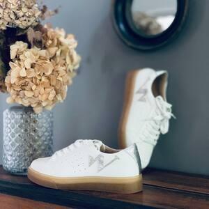 //NOUVELLE CO VANESSA WU// . .j'avais promis tout plein de surprises pour la rentrée . . Et ben en voilà une!!! Ça tombien dans la nouvelle collection de @vanessawu_officiel il y'a 10 modèles qui sont rentrés . Alors heureuse? . Voir la story . . . #vanessavu #nouvelleco #chaussures #basket #blanc #paillettes #whitesneakers #boutique #conceptstore #clamart #sylvetteengoguette