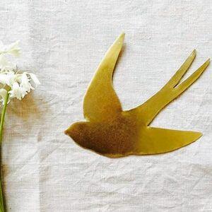 // VOUS AIMEZ ? // Connaissez-vous les petites merveilles de @delphineplisson ? Les filles et moi sommes tombées en pâmoisons devant ces hirondelles. Une jolie deco à accrocher dans toutes les pièces de la maison.⠀ ⠀ Tout est entièrement fait à la main. 1,2,3 ou 4,5 petits oiseaux en laiton peuvent prendre leur envol selon votre choix...⠀ ⠀ AIMERIEZ-VOUS QUE JE RENTRE CES PETITES MERVEILLES CHEZ SYLVETTE?⠀ .⠀ .⠀ .⠀ .⠀ .⠀ .⠀ @delphineplisson #decomaison #decochambre #hirondelle #laiton #laitondoré #creatricefrancaise #faitmain #handmadewithlove #merci #conceptstoreparis #sylvetteengoguette #clamart