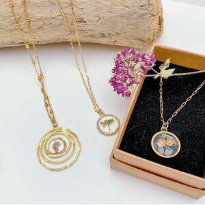 🌼 Ces jolis bijoux de la créatrice @lacabanedefanette92 viennent d'arriver !🌸 Il s'agit de bijoux fabriqués à partir de résine et de fleurs séchées provenant de l'île d'Oléron.🌺 C'est un peu comme immortaliser le printemps dans de merveilleux pendentifs. Un véritable brin d'air frais ! 🌿🏆 Comme vous l'attendez tous : voici la gagnant(e) du concours ! Félicitations à @moussmouss_elvira qui remporte 2 de ces magnifiques bijoux pour elle et sa soeur !#Concours #ConceptStore #ConceptStoreParis #CommerceLocal #CommerceDeProximité #BoutiqueEnLigne #boutiquebijoux #bijouxcreateurenligne #bijouxtendance #bijouxfaitmain #bijouxfantaisie #fleurssechees #BoutiqueDeCreateurs #CreateursFrancais #Cadeau #Personnalisation #Personnalisé #CadeauPersonnalisé #CadeauOriginal #GiftIdeas #Bijoux #BijouxFantaisie #Décoration #LifeStyle #ArtWork #HappyLife #HappyVibes #Paris #RégionParisienne #clamart