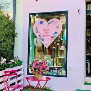 // CONCOURS POUR MAMAN // . 💕Venez vous prendre en photo devant ce 💗 Clamartois et remportez un joli cadeau pour votre maman💕 Tellement heureuse de vous proposer avec deux clamartoises que j'adore un Très joli jeu concours à l'occasion de la fête des mamans 💓 . (merci à @quitterieu pour ce splendide cœur qui fait boom en vitrine ;) . .@lapetiteclamartoise @mariepaolini @sylvette_en_goguette vous offrent un magnifique bouquet et un ravissant collier @zagbijoux (valeur totale 140 €) Pour participer il faut : • suivre les comptes : @mariepaolini + @sylvette_en_goguette + @lapetiteclamartoise - tagger une personne de votre choix - Et surtout : venir se prendre en photo devant le 💗 de l'une des 2 boutiques avec votre maman ou en famille et la partager sur le fil et en story en taggant nos 3 comptes Avec La petite Clamartoise et Marie Paolini , nous offrirons le cadeau à la photo qui nous aura le plus émue ! Vous avez jusqu'au 6 juin minuit ! Le gagnant sera mentionné sur nos comptes le 7 juin. Bonne chance à toutes et à tous 🍀 et vive les mamans, qu'elles soient à vos côtés, ou dans vos pensées... ces héroïnes uniques et extraordinaires...«Dieu ne pouvait être partout alors il a inventé la mère ...» . . . . .#concoursinstagram #concoursphoto #fetedesmeres #maman #cadeaumaman #conceptstoreparis #sylvetteengoguette #clamart