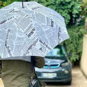 // IL PLEUT // On sort son parapluie ☂️ . Le parapluie spécial l'équipe pour les hommes! Les vrais ✊🏽 . . . . #lequipe #francesoir #latribune #lemonde trop fort .qu'est ce qu'on inventerait pas pour VOUS❤️ #fetedesperes #papa #parapluie #cadeauhomme #original #jaipasdideedehashtag #conceptstoreparis #sylvette_en_goguette