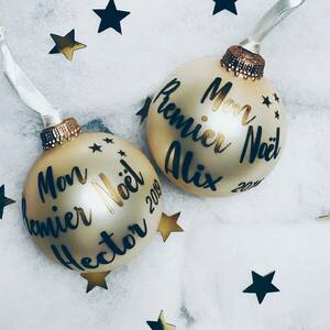 // COMMANDEZ VOS BOULES DE NOËL // Allez on n'attend plus! Noël c'est demain 🤶 Peu importe le sort que Manu nous réserve.... Peu importe la difficulté de la période que l'on traverse! . L'essentiel est la traverser ensemble! . Main dans la Main 🖐 . Personne ne nous empêchera d'avoir notre boule de Noël au sapin! Ma boule de Noël Sa boule de Noël Ta boule de Noël Enfin la boule de Noémie, Evan, Juliette, Tom, Luca, Aleouise, Victor, Victoire, Ethn, Paul, Nolahn, Lucie, Mamie , Tatie , Papi, Maman, Papa, mon voisin et tous ceux que l'on aime.... . Alors commandez votre #bouledenoel... . Parce que SYLVETTE EN GOGUETTE reste ouvert pour vous. . Parce que vous allez nous aider . Parce que vous nous manquez déjà trop❤️ . Parce qu'ensemble nous irons plus loin! Plus longtemps. . Vous pouvez commander votre boule de Noël sur insta par message et venir la chercher en click and collect à la boutique. Voir les horaires sur le site Vous pouvez commander sur le site Vous pouvez commander via FB par message . On vous attends dès demain chez #sylvetteengoguette en click and collect des 16H . On vous 🥰 . MERCI À TOUS CEUX QUI COMMUNIQUENT SUR SYLVETTE EN GOGUETTE SUR LEUR COMPTE INSTA ET FB @lapetiteclamartoiseMERCI À TOUS CEUX SUI PARTAGENTMERCI POUR TOUS VOS COMMENTAIRES DE SOUTIENS . . . #bouledenoel #bouledenoelpersonnalisee #deconoel #noel2020 #christmasdecor #madeinfrance #creationfrancaise #createurfrancais #petitcommerce #boutiqueenligne #boutiquecreateurs #clickandcollect #ensembleonestplusfort #clamart @lapetiteclamartoise
